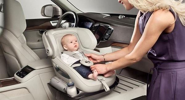 Phụ huynh cần chú ý khi để trẻ trên xe ô tô