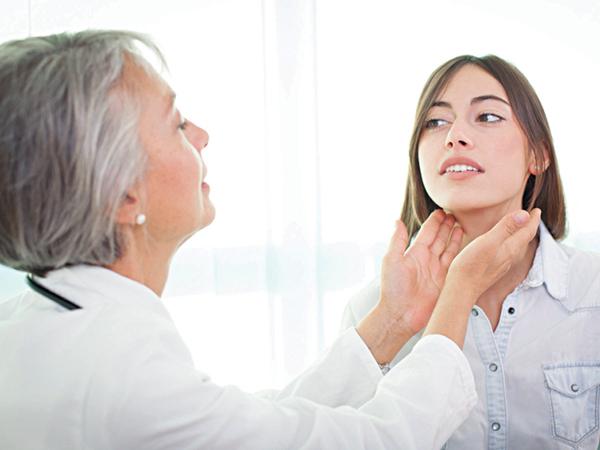 Bác sĩ chuyên khoa lý giải vì sao nữ giới dễ mắc bệnh lý tuyến giáp