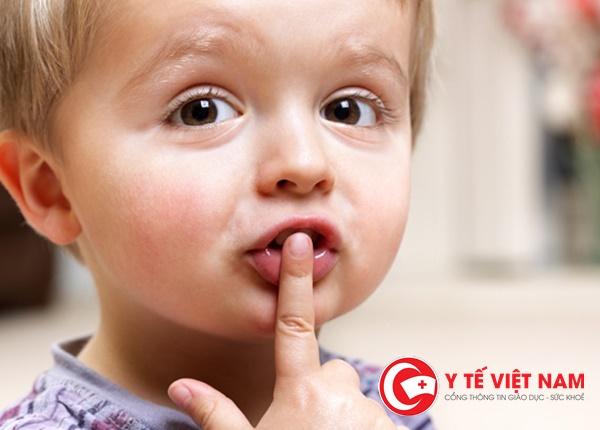 Đi khám và tập luyện với chuyên gia ngay sau khi phát hiện con trẻ nói lắp