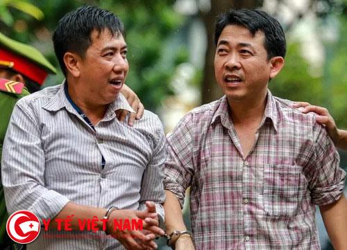 Hùng (phải) và Cường - hai người cầm đầu trong vụ buôn thuốc ung thư giả được đưa ra xét xử năm 2017. Ảnh: Thành Nguyễn.